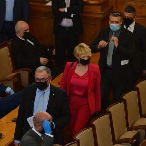Депутатите, министрите, членовете на политическите кабинети – без възнаграждения до края на извънредното положение